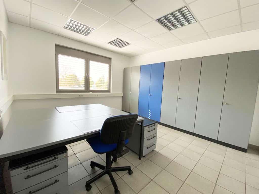 Büroansicht Schreibtisch mit Stuhl und Schrankwand