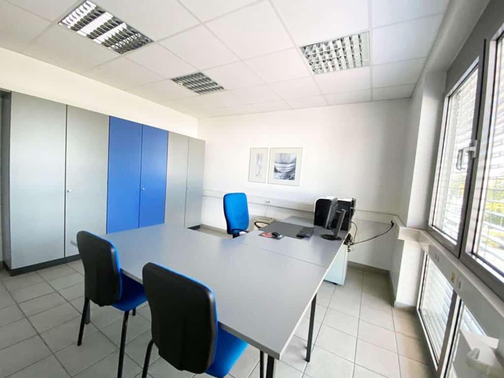 Büroansicht Schreibtisch mit zwei Besprechungsstühlen vor Kopf